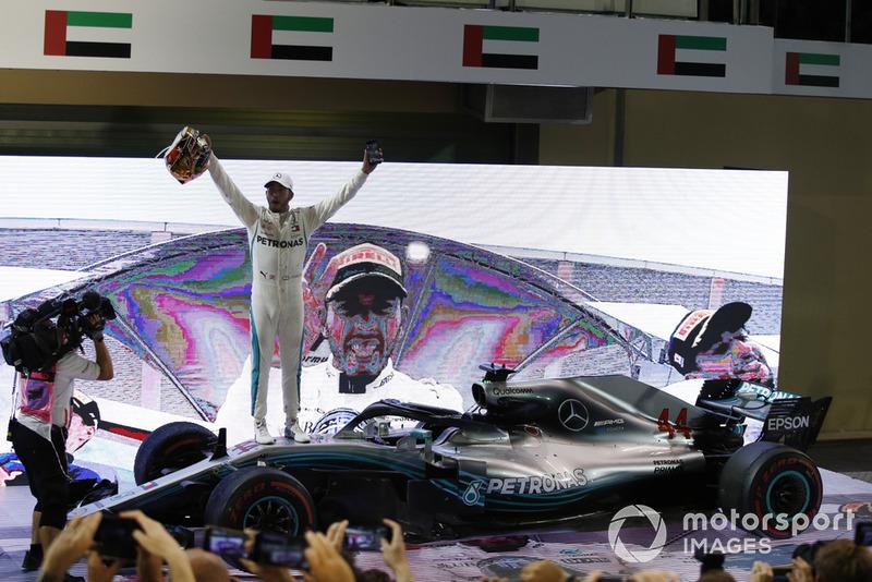 Le vainqueur Lewis Hamilton, Mercedes-AMG F1 W09 fête sa victoire dans le Parc Fermé
