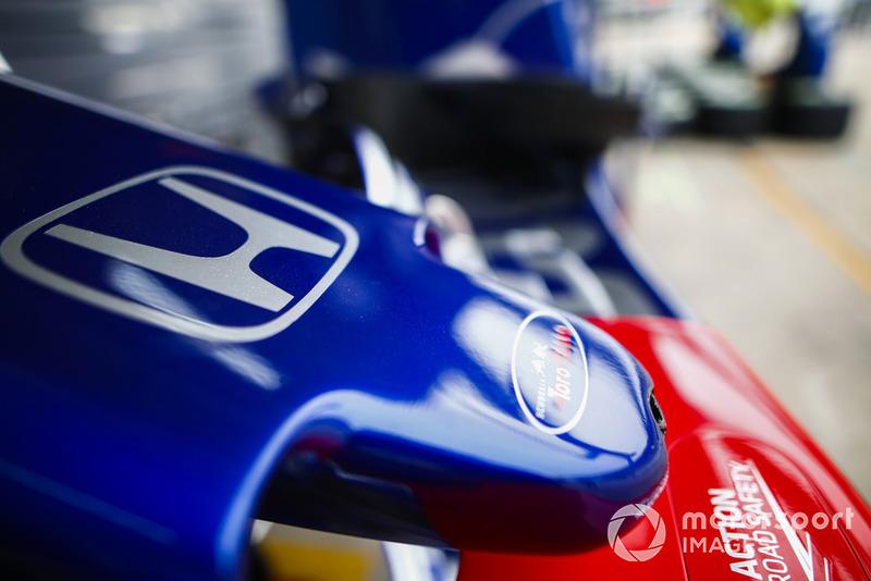 Un logo Toro Rosso sur le museau d'une Toro Rosso STR13