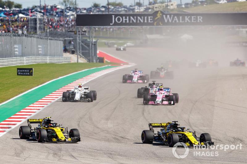 Nico Hulkenberg, Renault Sport F1 Team R.S. 18, precede Carlos Sainz Jr., Renault Sport F1 Team R.S. 18, Esteban Ocon, Racing Point Force India VJM11, Charles Leclerc, Sauber C37, Romain Grosjean, Haas F1 Team VF-18, Sergio Perez, Racing Point Force India VJM11, e il resto del gruppo, alla partenza