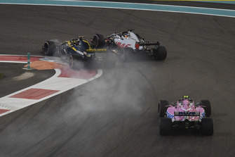 Nico Hulkenberg, Renault Sport F1 Team R.S. 18 and Romain Grosjean, Haas F1 Team VF-18 battle on lap one