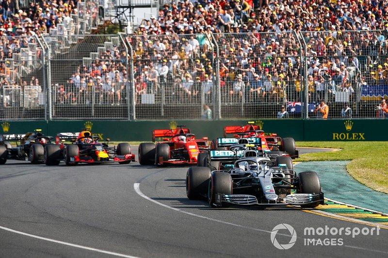 Валттері Боттас, Mercedes AMG W10, лідирує на старті