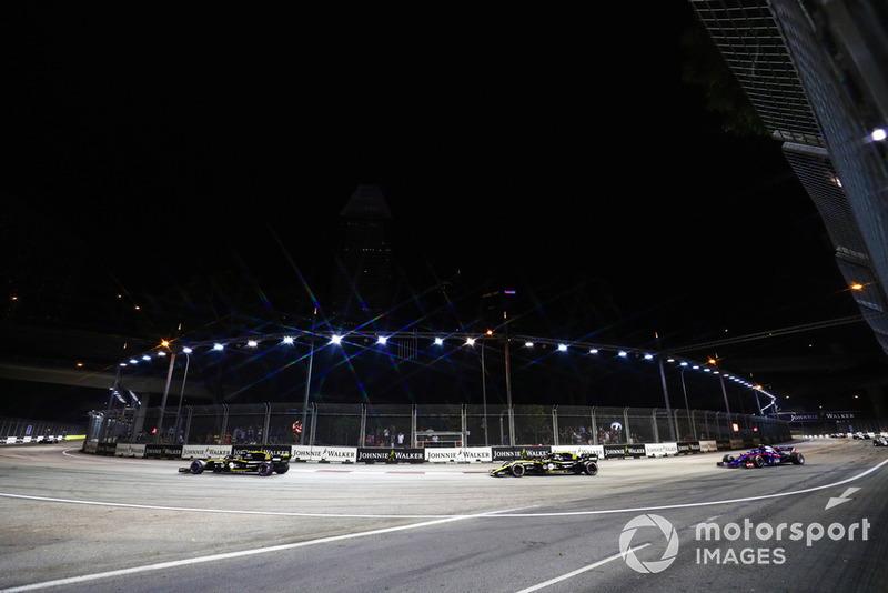 Carlos Sainz Jr., Renault Sport F1 Team R.S. 18, precede Nico Hulkenberg, Renault Sport F1 Team R.S. 18, e Pierre Gasly, Scuderia Toro Rosso STR13
