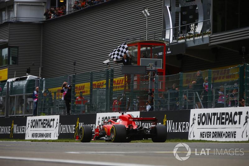 Sebastian Vettel, Ferrari SF71H, bajo la bandera a cuadros
