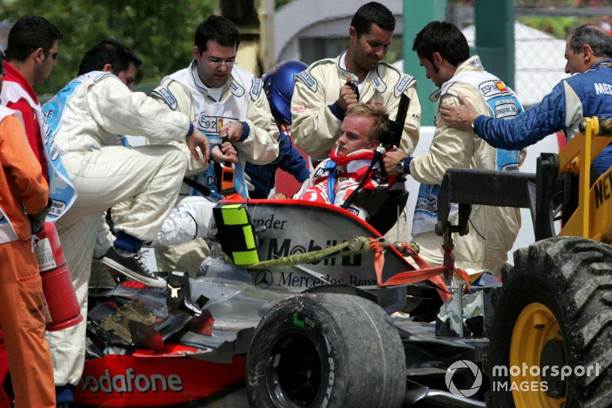 Heikki Kovalainen, Mclaren MP4-23 percute le mur de pneus et est extrait de sa monoplace par l'équipe médicale