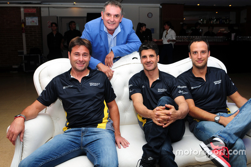 Christian Ledesma, Emiliano Spataro y Germán Sirvent, pilotos de Renault, junto al periodista Marcelo Mercado.