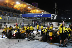 Kevin Magnussen, Renault Sport F1 Team RS16 and Jolyon Palmer, Renault Sport F1 Team RS16 in the pits