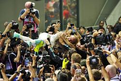Ganador de la carrera Nico Rosberg, Mercedes AMG F1 celebra con el equipo de parc ferme