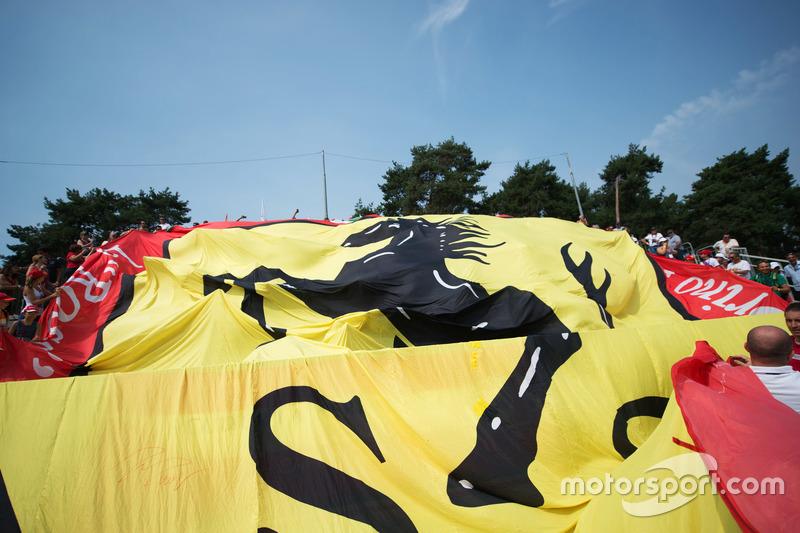 Una grande bandiera Ferrari