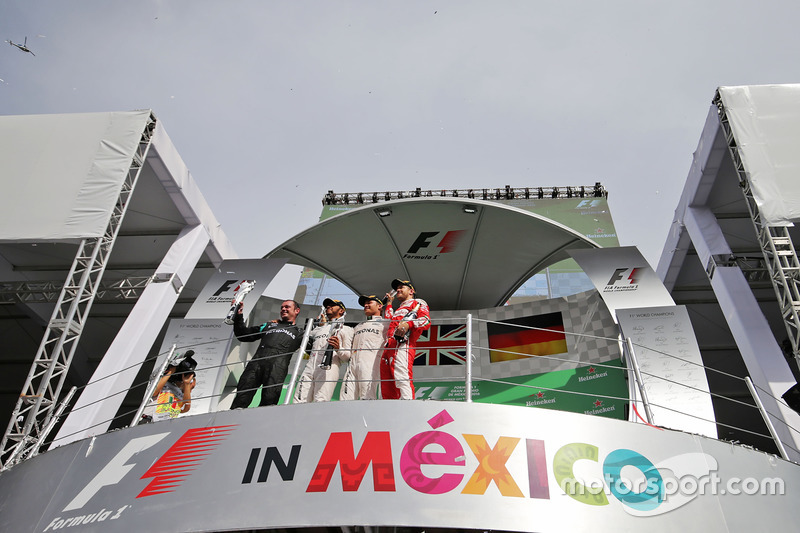 المنصة: الفائز بالسباق لويس هاميلتون، مرسيدس، المركز الثاني نيكو روزبرغ، مرسيدس، المركز الثالث سيباستيان فيتيل، فيراري