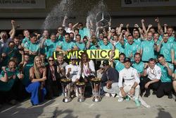 Race winner Lewis Hamilton, Mercedes AMG F1 celebrates with team mate Nico Rosberg, Mercedes AMG F1; Lindsey Vonn, Former Alpine Ski Racer; Gordon Ramsey, Celebrity Chef; Venus Williams, Tennis Player; and the team