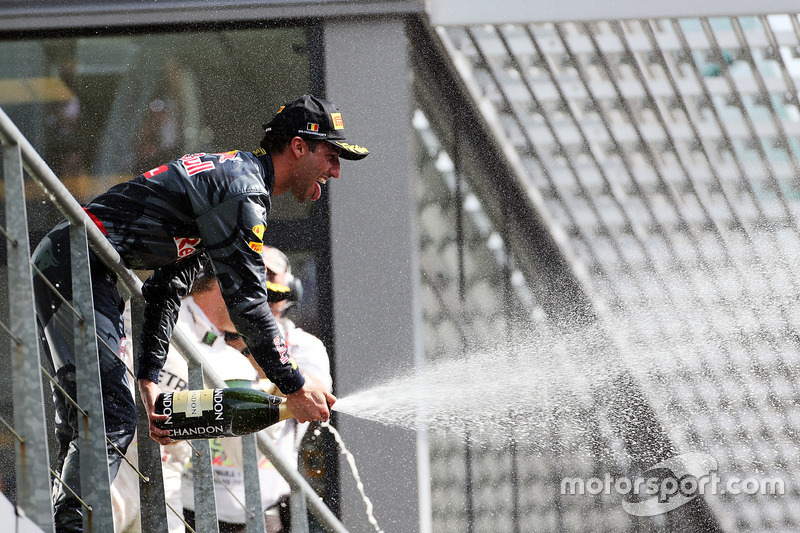 Daniel Ricciardo, Red Bull Racing ikinciliğini kutluyor