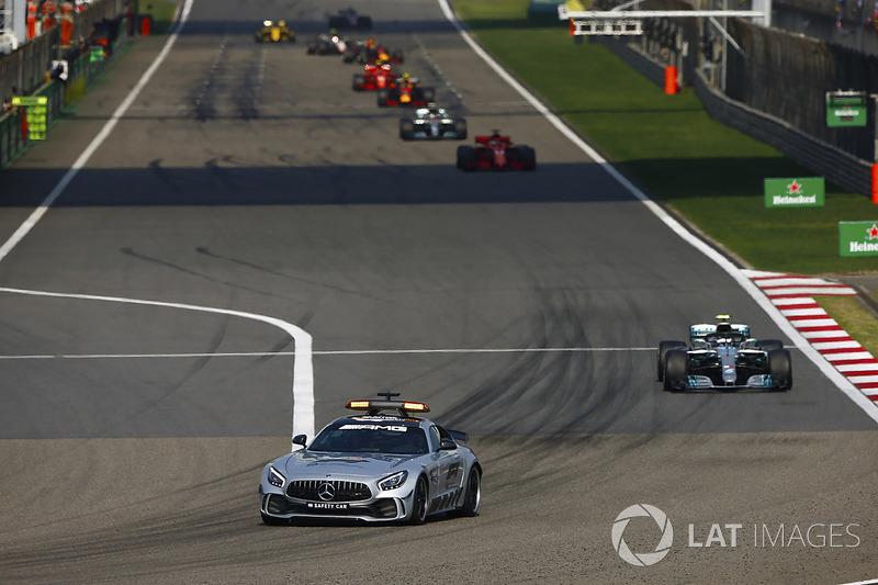 La voiture de sécurité devant Valtteri Bottas, Mercedes AMG F1 W09, Sebastian Vettel, Ferrari SF71H, Lewis Hamilton, Mercedes AMG F1 W09, et Max Verstappen, Red Bull Racing RB14 Tag Heuer