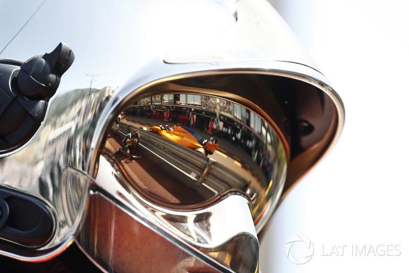 Фернандо Алонсо, McLaren MCL33, в отражении визора маршала