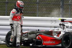 Heikki Kovalainen, McLaren MP4-23 after retiring