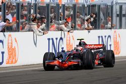 Переможець Хейккі Ковалайнен, McLaren MP4-23 Mercedes