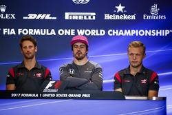 Romain Grosjean, Haas F1 Team, Fernando Alonso, McLaren, Kevin Magnussen, Haas F1 Team, en la conferencia de prensa