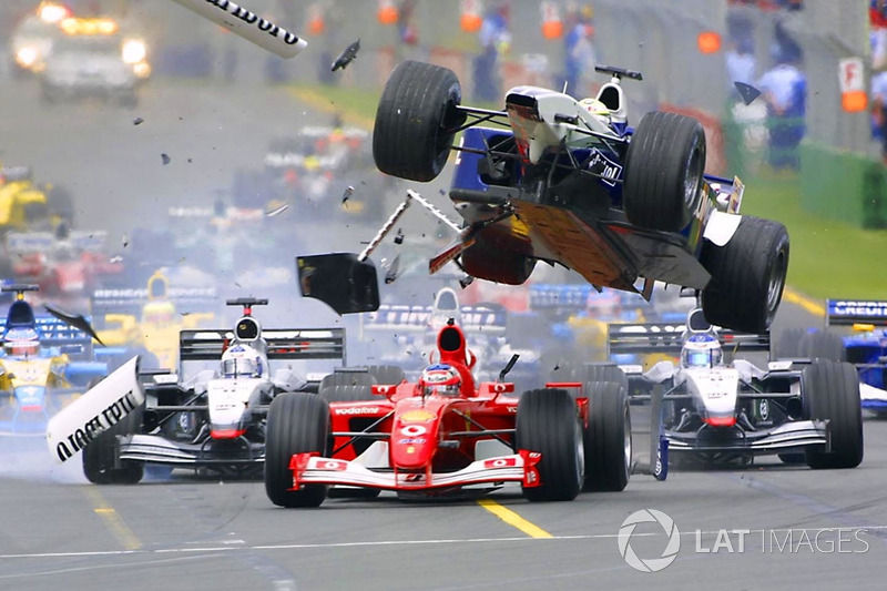 Accident au premier virage : Ralf Schumacher, Williams, vole au-dessus de Rubens Barrichello, Ferrari