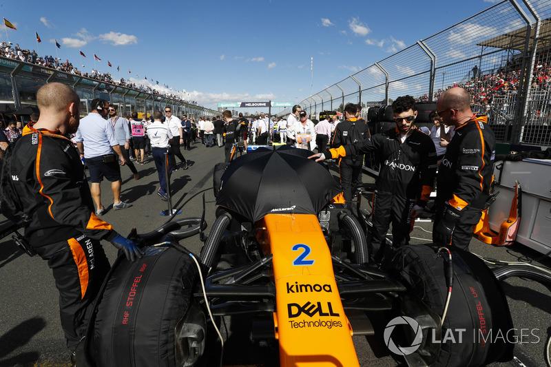 McLaren engineers on the grid with the car of Stoffel Vandoorne, McLaren MCL33 Renault