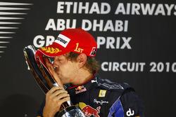 Wereldkampioen Sebastian Vettel, Red Bull Racing RB6 Renault met de trofee op het podium