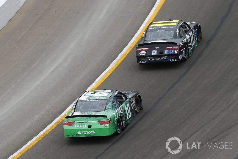 Ryan Truex, Kaulig Racing, Chevrolet Camaro Bar Harbor / Sea Watch International y Brandon Jones, Joe Gibbs Racing, Toyota Camry Juniper