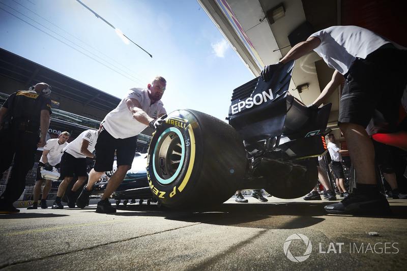 Valtteri Bottas, Mercedes AMG F1 W09, es regresado al garaje