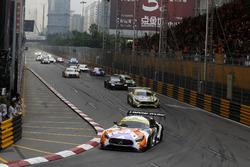 De start van de race met Maro Engel, Mercedes-AMG Team GruppeM Racing, Mercedes - AMG GT3 vooraan