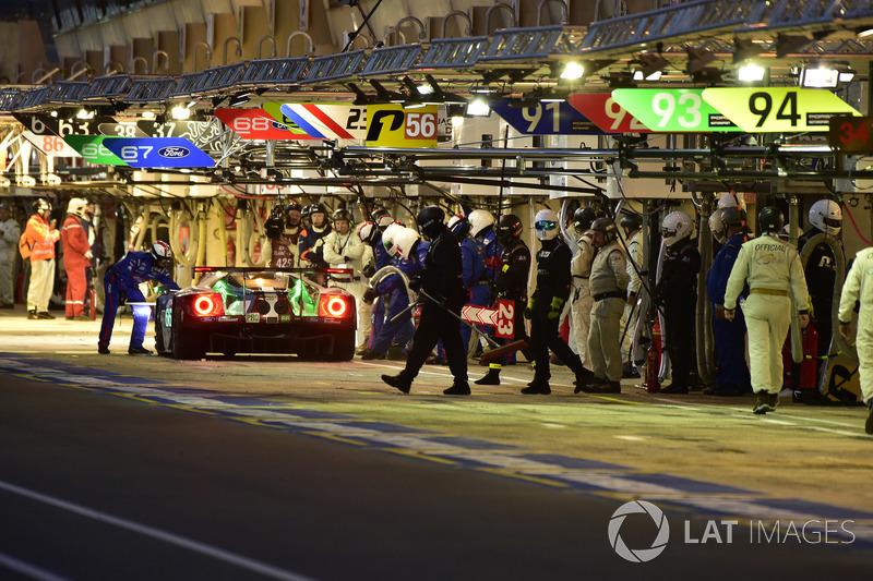 Pit stop #66 Ford Chip Ganassi Racing Ford GT: Stefan Mücke, Olivier Pla, Billy Johnson