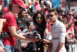 Jules Bianchi, Marussia F1 Team firma autógrafos para los fanáticos