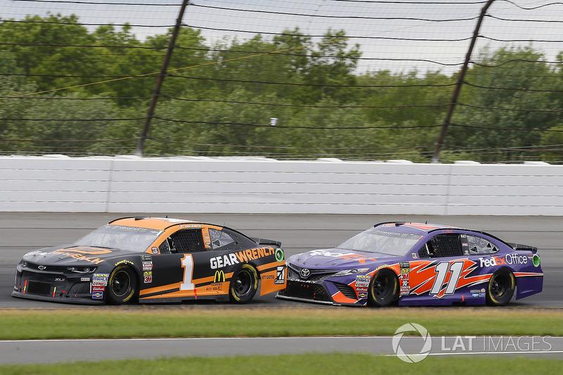 Jamie McMurray, Chip Ganassi Racing, Chevrolet Camaro GEARWRENCH e Denny Hamlin, Joe Gibbs Racing, Toyota Camry FedEx Office