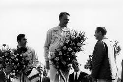 Dan Gurney, Eagle AAR104-Weslake, 1° classificato, con Jackie Stewart, BRM P83, 2° classificato e Chris Amon, Ferrari 312, 3° classificato, sul podio