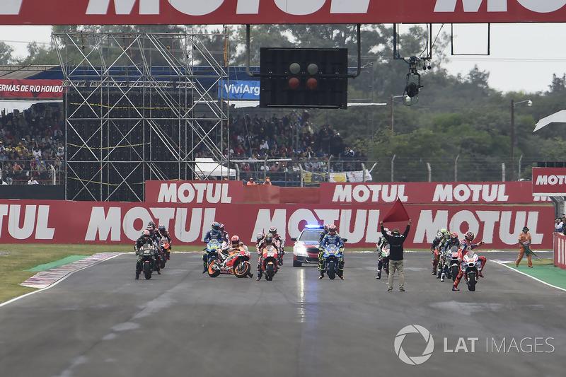 Márquez está reiniciando la moto en la parrilla