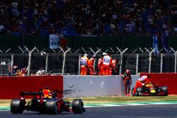 Max Verstappen, Red Bull Racing RB na crash, Daniel Ricciardo, Red Bull Racing RB14, passeert