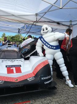 L'omino Michelin con la Porsche 919