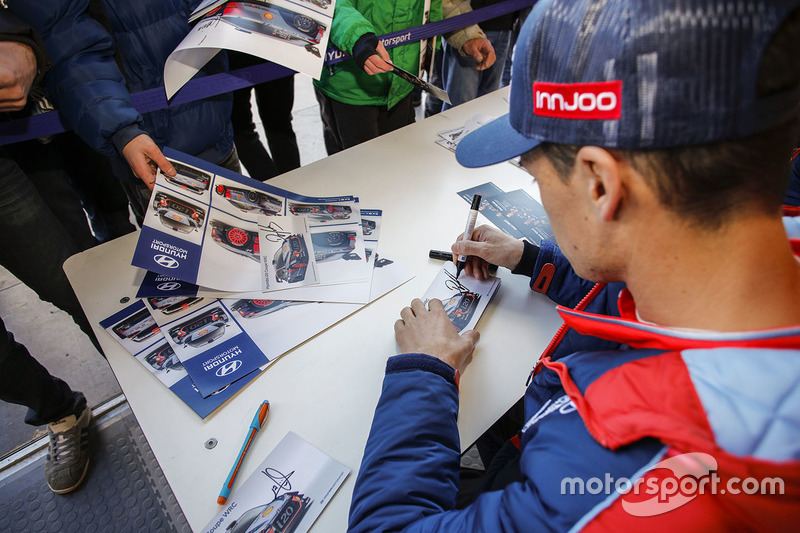 Dani Sordo, Hyundai Motorsport firma autógrafos para los fans