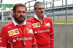 Gino Rosato, Ferrari y Maurizio Arrivabene, director de Ferrari Team caminan en la pista
