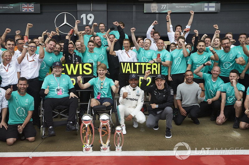 Ganador de la carrera Lewis Hamilton, Mercedes AMG F1, Valtteri Bottas, Mercedes AMG F1, celebra con Billy Monger y el equipo