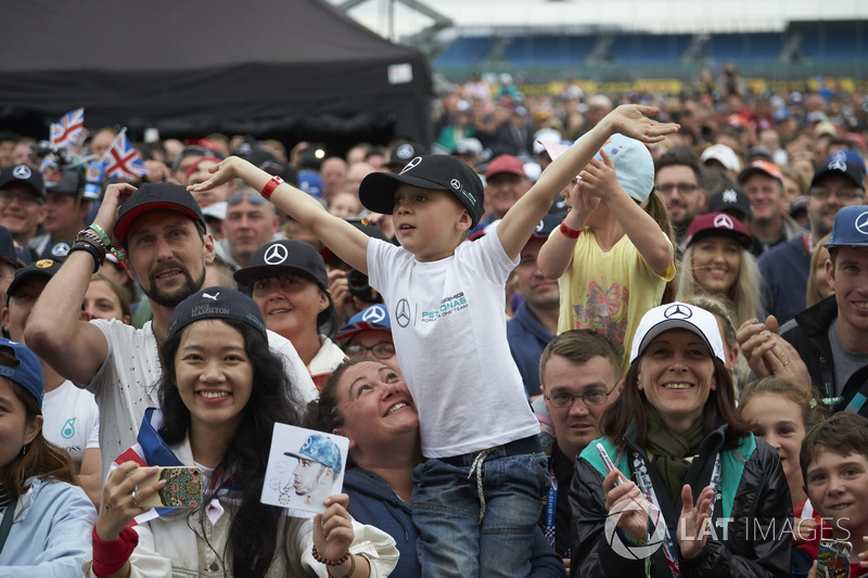 Los aficionados esperan un autógrafo de Lewis Hamilton, Mercedes AMG F1