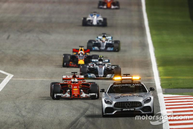 Safety Car delante de Sebastian Vettel, Ferrari SF70H, Valtteri Bottas, Mercedes F1 W08, Daniel Ricciardo, Red Bull Racing RB13, Lewis Hamilton, Mercedes F1 W08