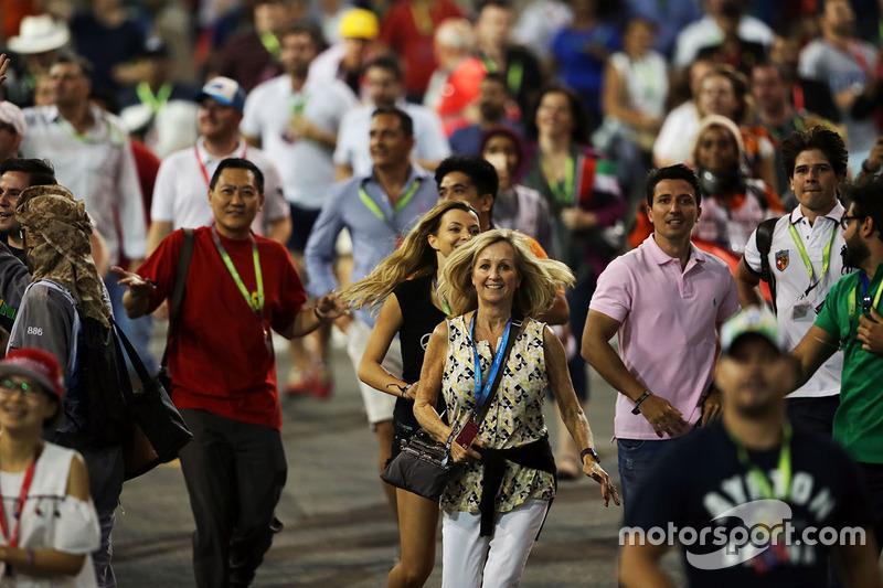 Fans invaden el circuito al final de la carrera