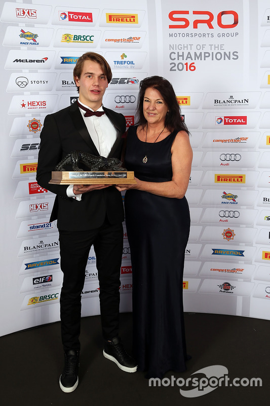 Ganador del trofeo Sean Edwards:  Jules Szymkowiak con Daphne McKinley Edwards, Presidente y fundador de la Fundación Sean Edwards