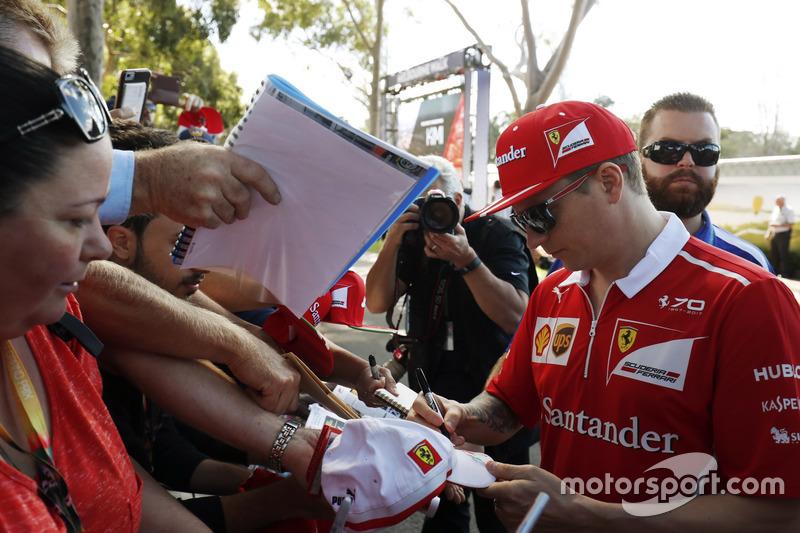 Kimi Räikkönen, Ferrari, schreibt Autogramme