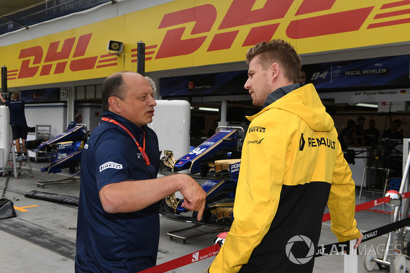 Nico Hulkenberg, Renault Sport F1 Team RS17, mit Frederic Vasseur, Sauber-Teamchef
