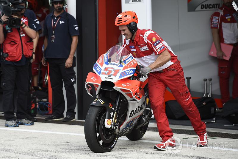 Llanta ponchada en la moto de Michele Pirro, Ducati Team