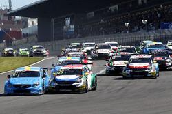 Start actie Nestor Girolami, Polestar Cyan Racing, Volvo S60 Polestar TC1 aan de leiding