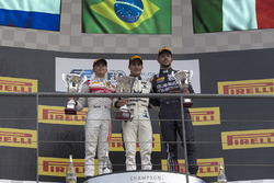 Podio: ganador Sergio Sette Camara, MP Motorsport, segundo lugar Nyck De Vries, Racing Engineering,