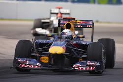Sebastian Vettel, Red Bull Racing RB6, devance Michael Schumacher, Mercedes W01