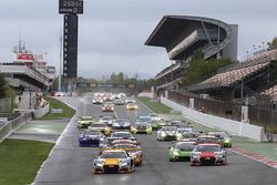 Start: #17 Belgian Audi Club Team WRT Audi R8 LMS: Stuart Leonard, Robin Frijns, Jake Dennis vooraan