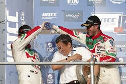 Podium: Tiago Monteiro, Honda Racing Team JAS, Honda Civic WTCC et Norbert Michelisz, Honda Racing Team JAS, Honda Civic WTCC