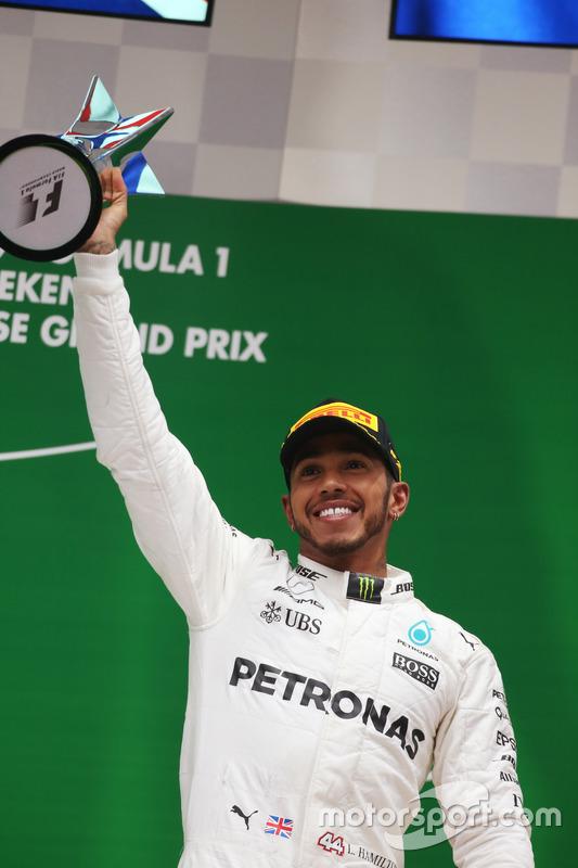 Podium: Lewis Hamilton, Mercedes AMG, mit Pokal