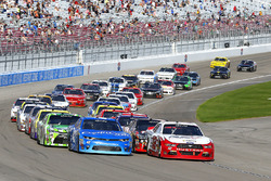 Restart: Kyle Larson, Chip Ganassi Racing Chevrolet, Joey Logano, Team Penske Ford